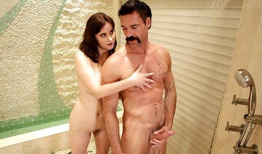 Мамка трахается с усатым соседом и делает ему массаж члена киской
