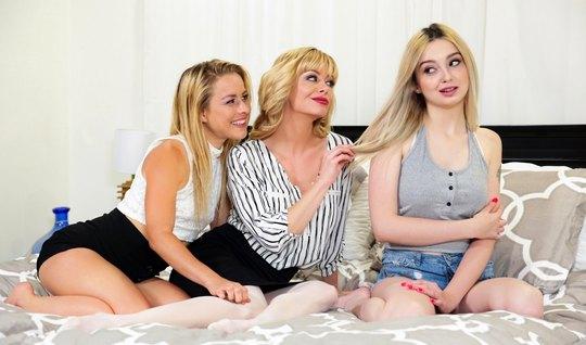 Групповушка лесбиянок-блондинок в постели позволила им всем сквиртанут...