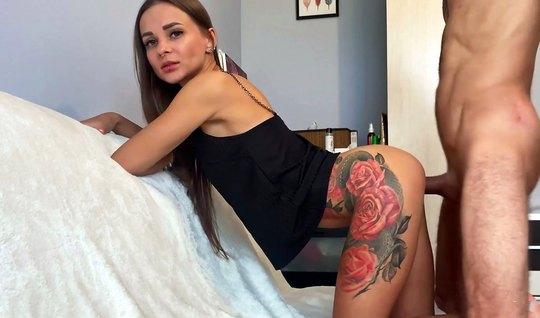 Татуированная русская модель раком дома ебется с агентом без презерват...