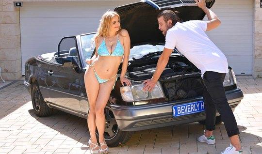 Механик увидел большие дойки соседки и трахнул на капоте машины в пило...