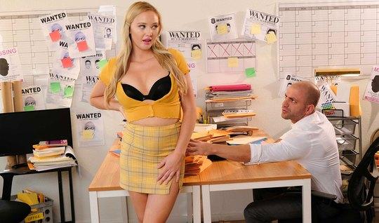 Красивая блондинка в офисе дает зрелому бритоголовому коллеге в писю н...