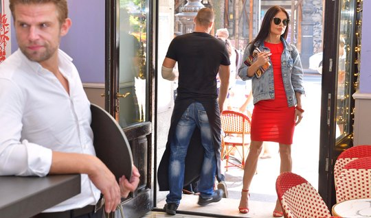 Двойное проникновение заставляет красотку в красном платье расслабитьс...