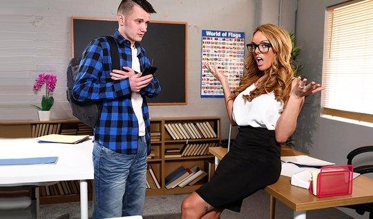Сисястая мамка в очках трахается со студентом в колледже на столе...