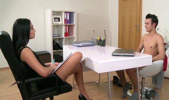 Пацан успешно проходит кастинг в офисе, трахнув на столе будущую начал...