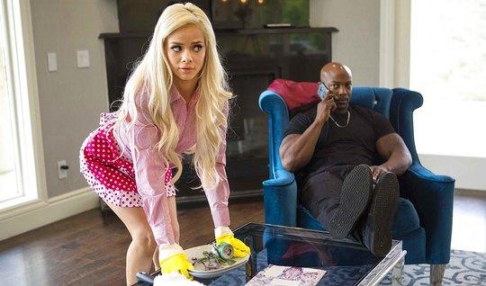 Худая блондинка в униформе горничной соблазняет сексуального негра...