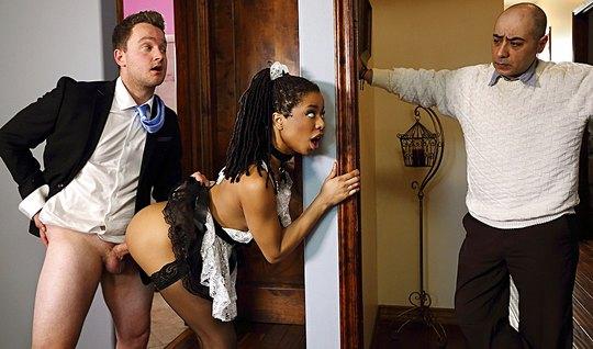 Мулатка в униформе горничной изменяет мужу с возбужденным любовником