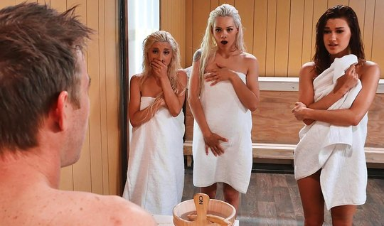 Три подружки устроили парню с большим членом групповуху прямо в сауне