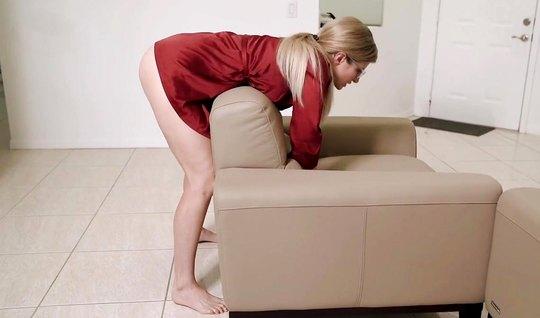 Мамочка в красном халате позволяет любовнику снять с ней домашнее порн...