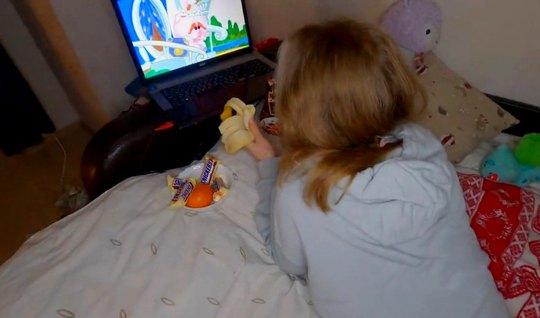 Русская молодая парочка перед ноутбуком снимают свое домашнее порно с ...